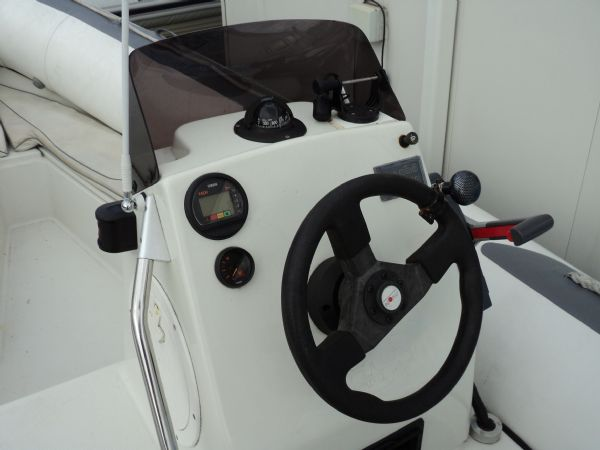 avon 545 with yamaha 90 - helm_l