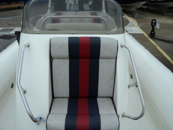 cobra 8.6 with mercruiser inboard - console seat_l