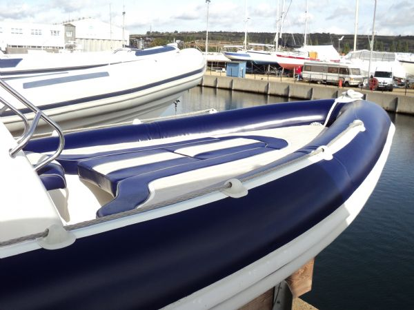 cobra 6.6 with mercury 200 - bow seating_l
