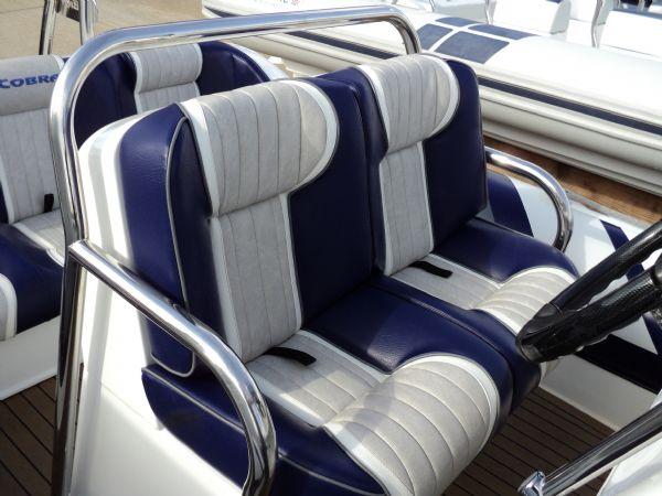 cobra 6.6 with mercury 200 - helm seat_l