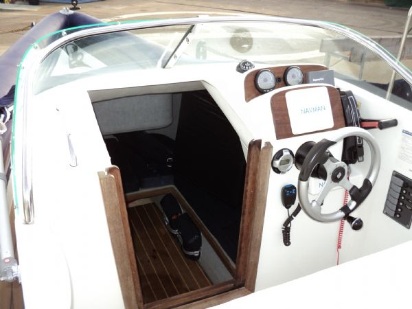 shearwater 7.5 with mercury 200hp outboard engine - main console and cabin 7_l