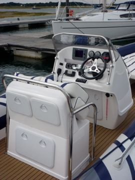 2008 cobra 8.6m - helm and gauges_l