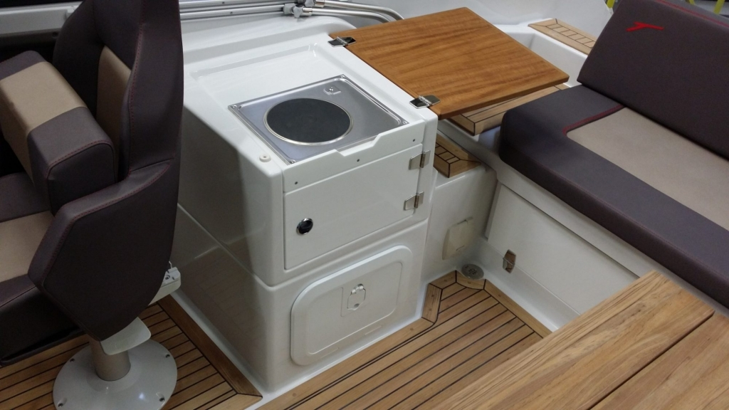 Finnmaster T7 with Yamaha Outboard - Galley and cooker