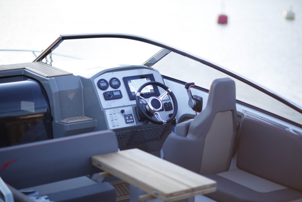 Finnmaster T7 with Yamaha Outboard - Helm