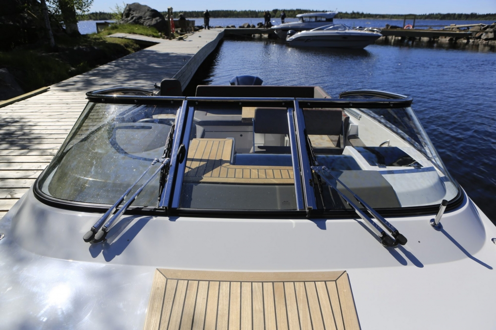 Finnmaster T7 with Yamaha Outboard - Windscreen and wipers