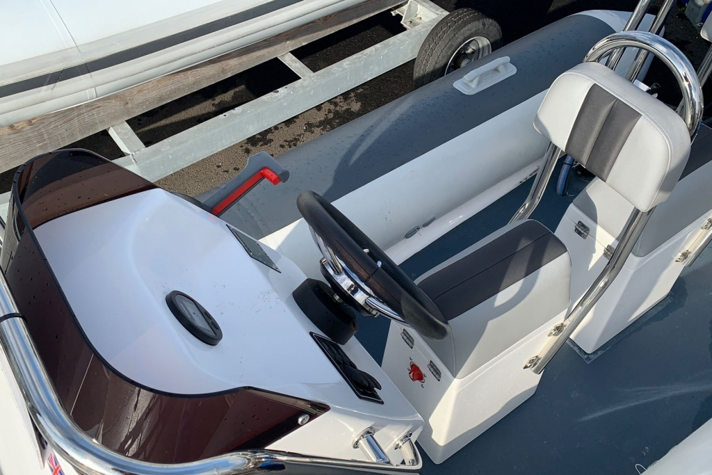 Ballistic 4.2 Club RIB with Yamaha F40 engine - Console Seat.jpg