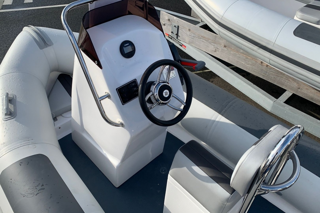 Ballistic 4.2 Club RIB with Yamaha F40 engine - Console.jpg