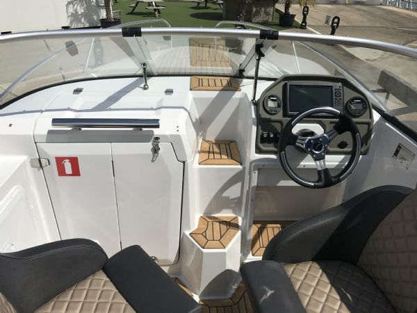 stock - 1461 - finnmaster 62 day cruiser with yamaha f150hp engine - helm overview_l